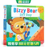 英文原版 Bizzy Bear:diy day DIY的一天 纸板活动操作书 1-3岁宝宝爱绘本 儿童启蒙木机关玩具图画